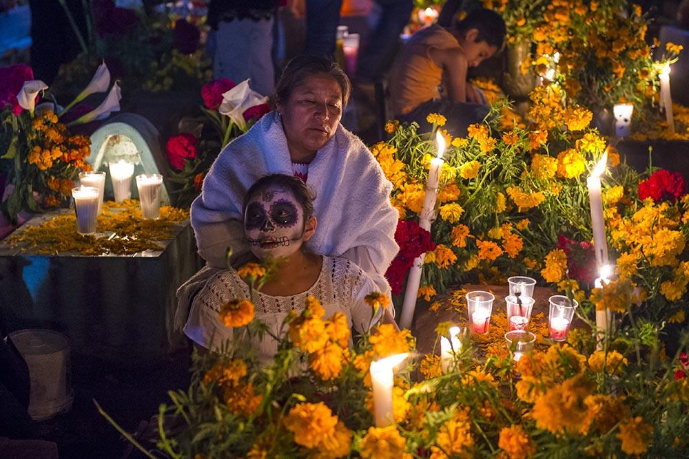 La gente visita el cementerio durante los festejos del Día de los muertos en México.