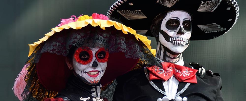 Personas disfrazadas de Catrina durante el Día de los Muertos en México.