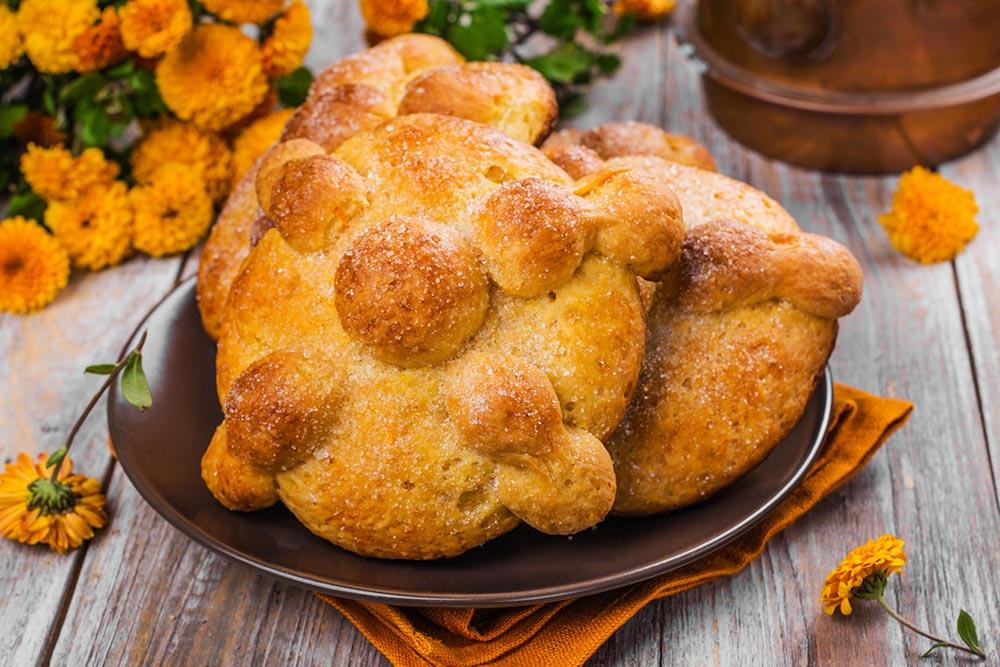 El pan de muerto y las flores de Cempasúchil forman parte de la tradición del Día de los Muertos en México.