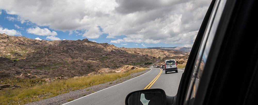 Muchos autos por el camino a las Altas Cumbres en Traslasierra, Córdoba